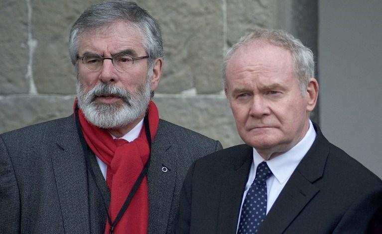 Sinn Fein Başkanı Garry Adams, barış görüşmelerinde önem bir rol oynayan Martin McGuinness ile birlikte.