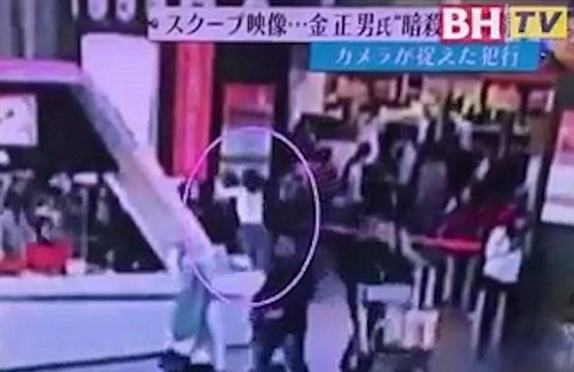 Genç bir kadın, Kuzey Kore lideri Kim Jong un'un kardeşine arkadan yaklaşarak, yüzüne bir bez kapatıyor.