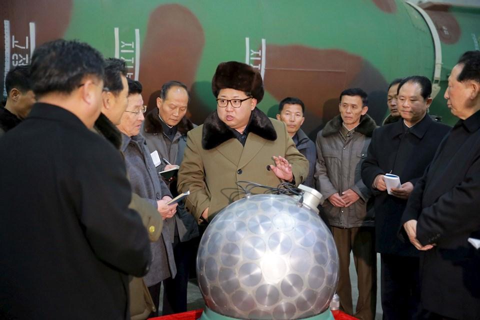 Devlet haber ajansı KCNA'da yayınlanan fotoğraflarda Kim Jong-un'un yanında poz verdiği nesnelerin minyatürize edilmiş nükleer başlıklar olduğu bildirildi.