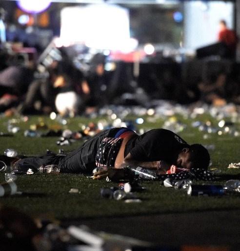 Las Vegas polisi, sosyal medya hesabından yaptığı açıklamada, Mandalay Bay Oteli yakınlarındaki konser alanında düzenlenen silahlı saldırının ardından bir şüphelinin etkisiz hale getirildiğini belirtti.
