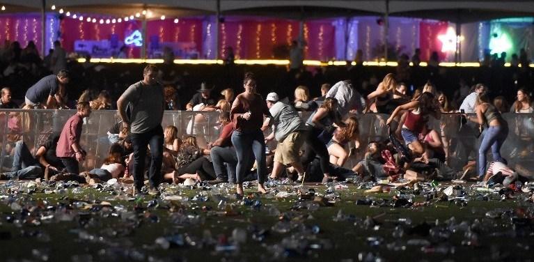 Sosyal medyada paylaşılan videolarda otomatik silah sesleri duyuluyor ve çok sayıda kişinin alandan koşarak çıkmaya çalıştığı görülüyor.