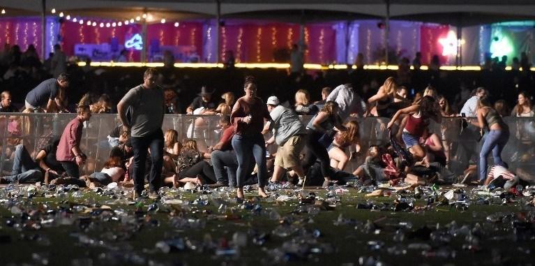 Sosyal medyada paylaşılan videolarda otomatik silah sesleri duyulurken, çok sayıda kişinin alandan koşarak kaçmaya çalıştığı görülüyor.