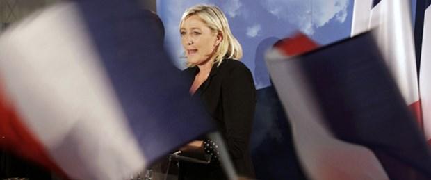 Le Pen merkez sağa diz çöktürdü