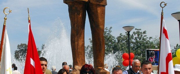 Lefkoşa'ya Bülent Ecevit'in heykeli dikildi