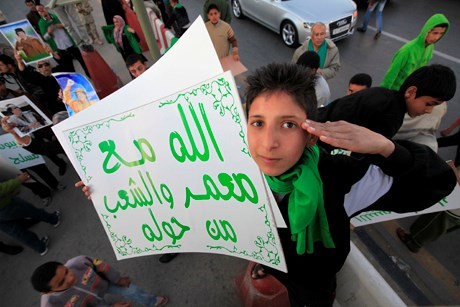 'Bab el Aziziye'de toplana Libyalılar