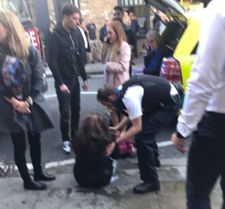 Londra'daki metro istasyonunda meydana gelen patlama sonrası yaralılar olduğu belirtiliyor.