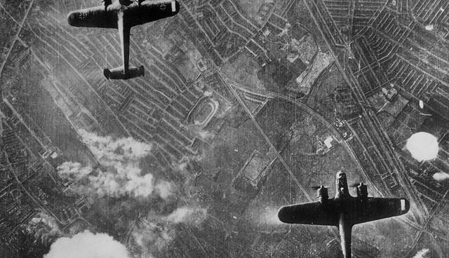 Alman savaş uçakları 8 ay boyunca Londra'yı havadan bombaladı.