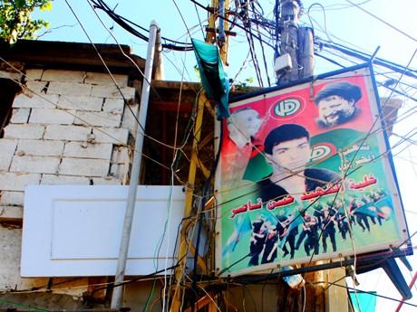 Sabra Mülteci kampında elektrik kabloları ve intihar bombacılarının resimleri içiçe.