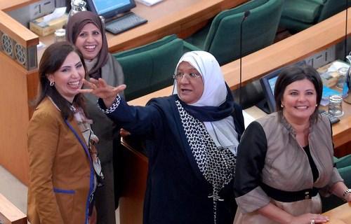 Kuveyt'in ilk kadın vekilleri bir arada. Arkadan öne: Salva Jassar, Rola Dashti, Masume Mübarek ve Asil Awadi.
