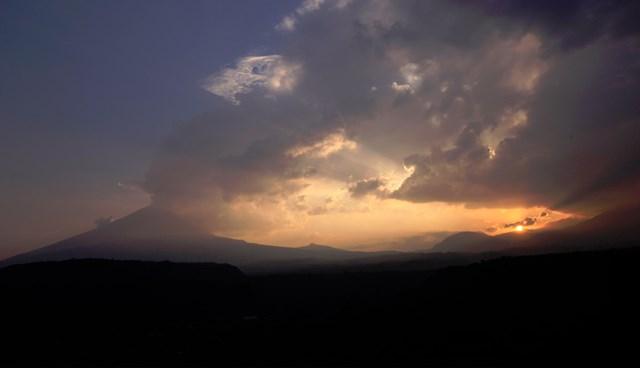 Popocatepetl Yanardağı'nın dün çekilen fotoğrafında, gökyüzünü kaplayan kül bulutu görülüyor.