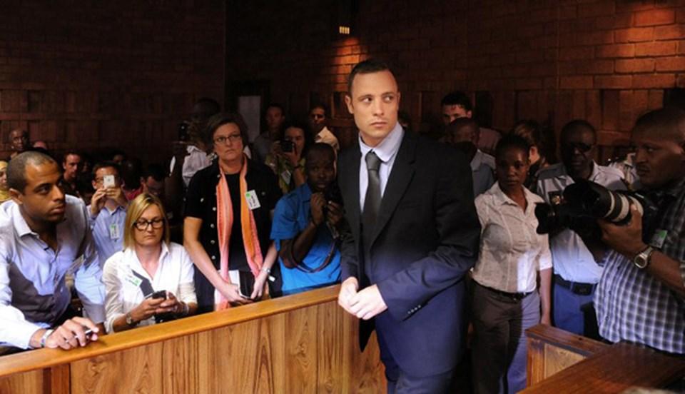 """Pistorius kız arkadaşı Reeva Steenkamp'ı """"hırsız"""" zannederek öldürdüğünü iddia ediyor."""