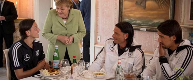 Merkel'den futbol molası