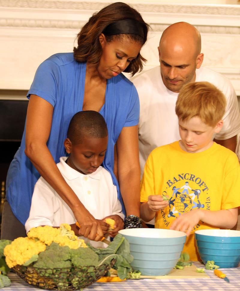 Michelle Obama öğrencilere salata yaptı