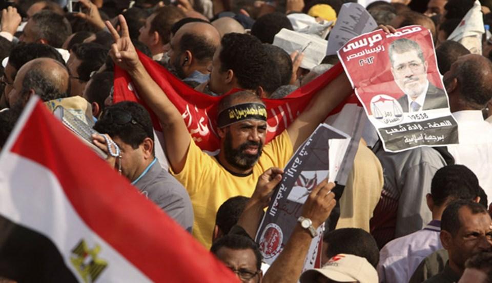 Mursi taraflarları da destek için sokaklara döküldü.