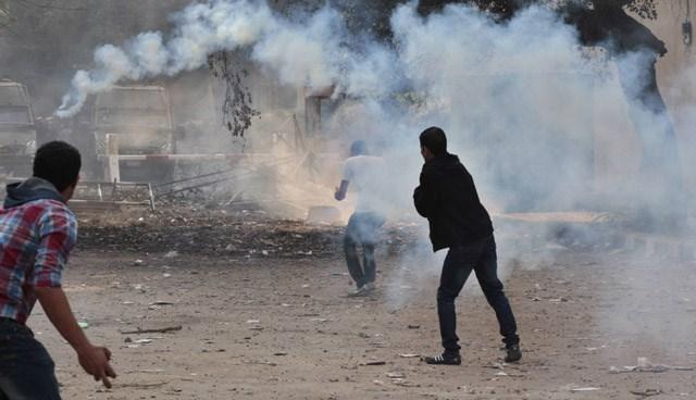 Mısır'da Mursi karşıtı eylemciler, polise taşlarla karşılık verdi.