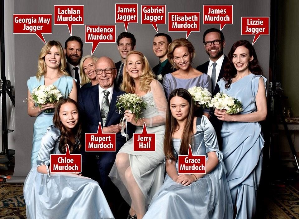 Eski manken Jerry Hall, Rupert Murdoch'la evliliği sonrası aile fotoğrafını sosyal medya hesabından paylaştı.