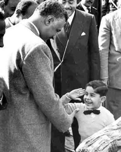 Mısır'da halk, Sisi'yi Cemal Abdül Nasır'a benzetiyor. 1960'lı yıllarda çocuk Sisi, Cemal Abdül Nasır'a askeri selam veriyor.