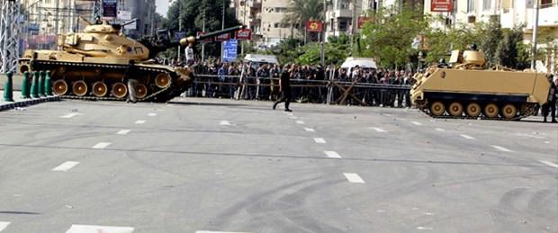 Mursi'ye Facebook üzerinden 'kırmızı kart'