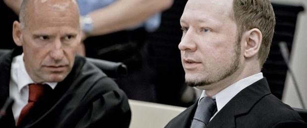 Norveç katliamcısı Breivik'e ayakkabı fırlatıldı