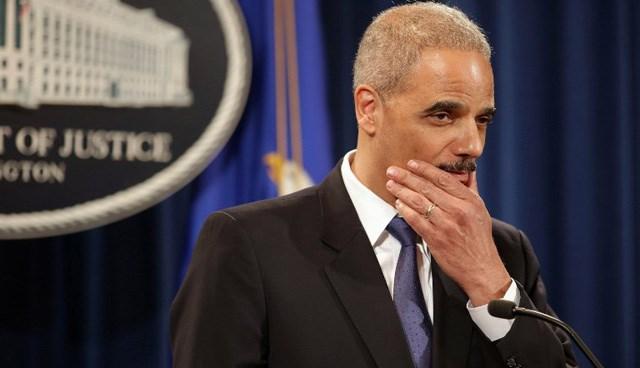 """Adalet Bakanı Eric Holder, """"telekulak"""" skandalını savundu."""