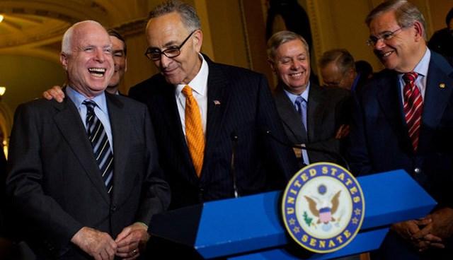 Cumhuriyetçi senatör John McCain de, göçmen reformunun önemli destekçilerinden.