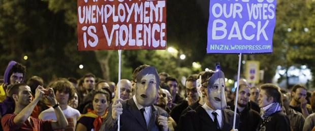 'Öfkeliler' meclisi kuşattı: 14 yaralı