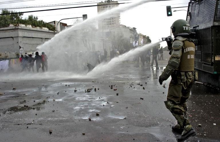 Öğrenciler polisle çatıştı
