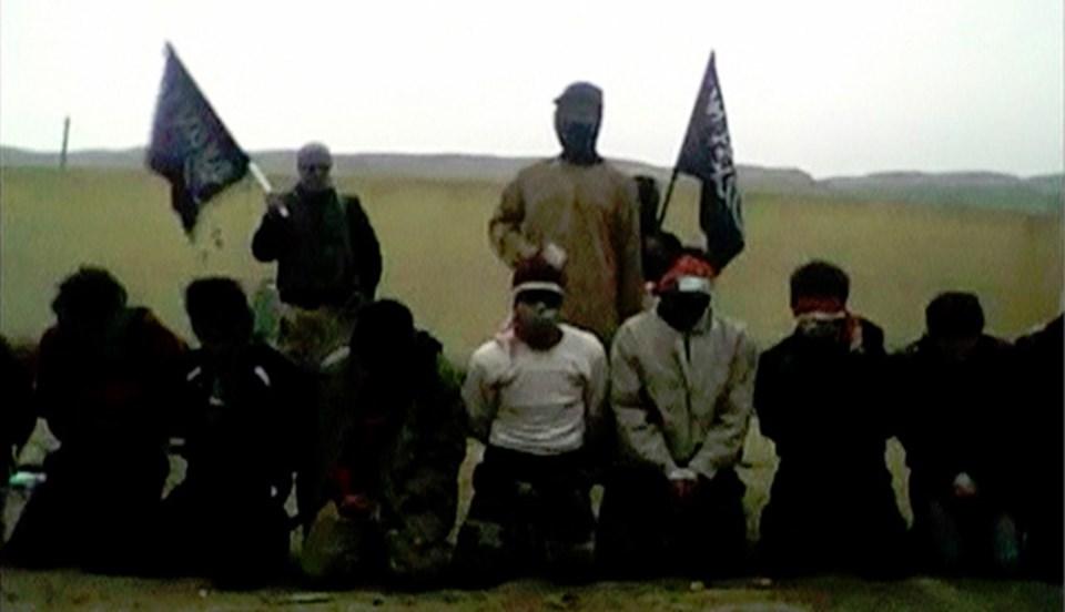 Suriyeli muhaliflerin, esir aldıkları tüm Suriye ordusu askerlerini infaz ettikleri biliniyor. İnternete bu ay ortasında düşen görüntülerde, Deir el Zor kentinde infaz edilen 11 asker yer alıyor.