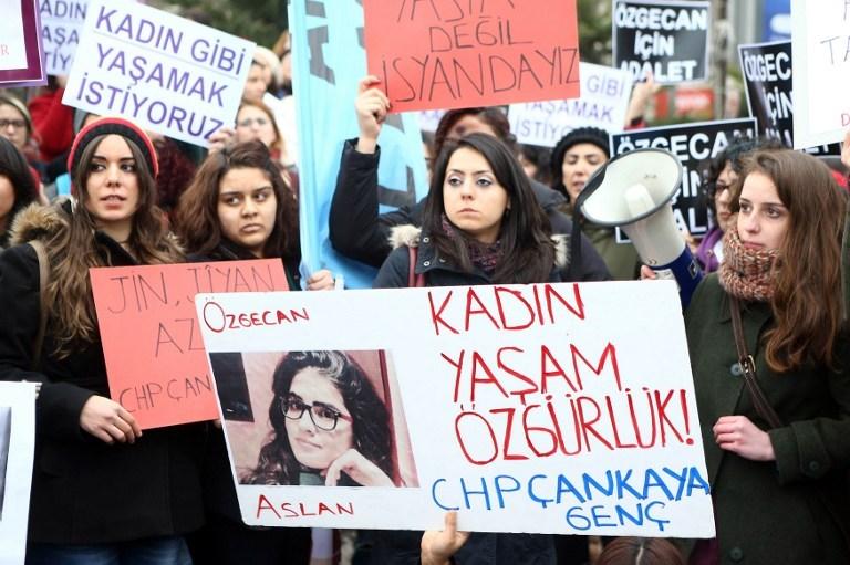 """""""Türkiye tecavüze direnirken öldürülen kadın için yürüyor"""""""