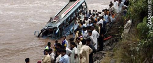 Pakistan'da otobüs kazası: 20 ölü