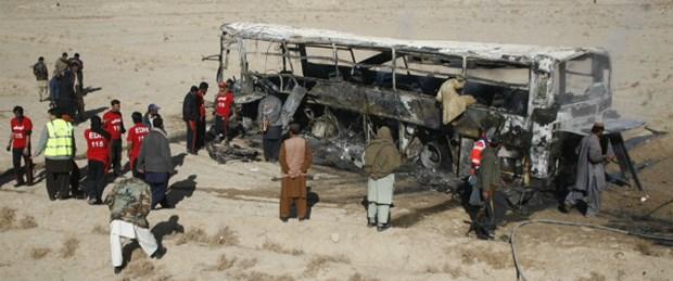 otobüs-saldırı-pakistan-13-05-15.jpg