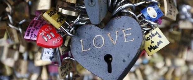 paris love lock.jpg