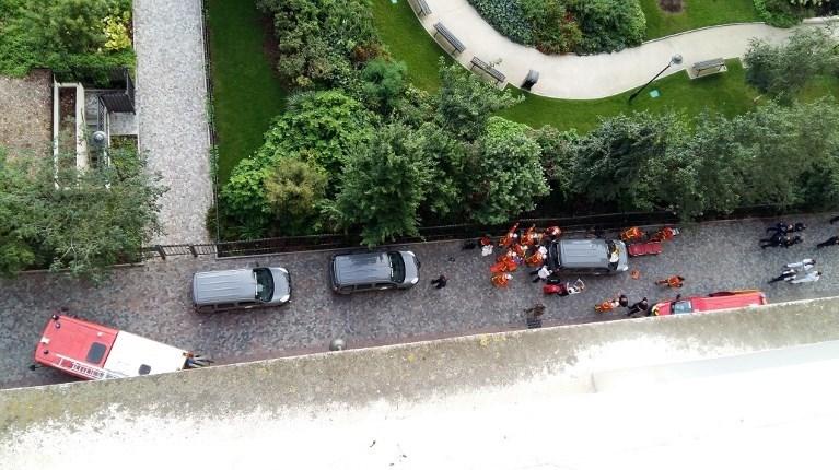 Fransa'nın başkenti Paris'te devriye gezen askerlerin üzerine araç sürüldü. Olayda 6 asker yaralandı.