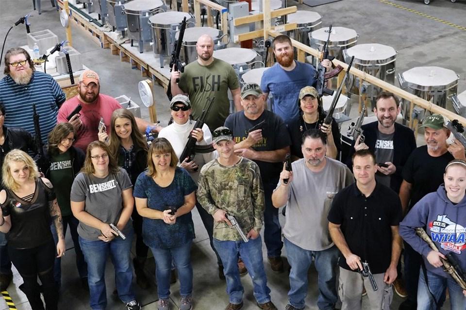 Şirket çalışanları silahlarıyla poz verdi