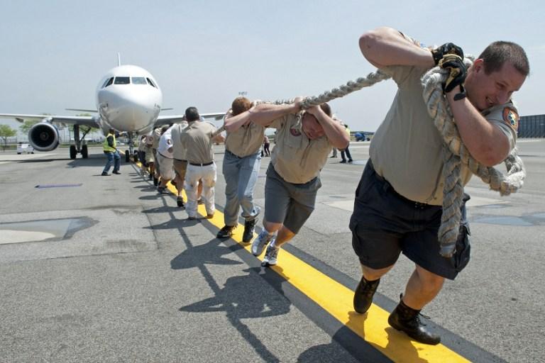 Polisler yolcu uçağı çekti