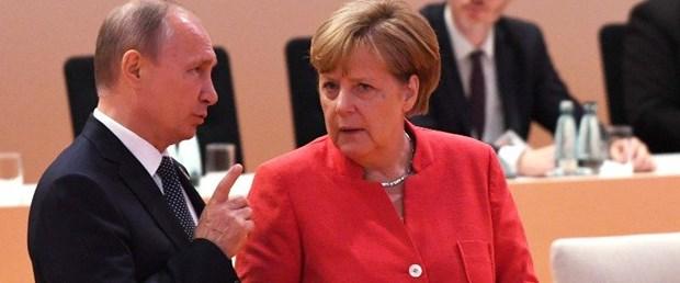 Putin Merkel ile Suriye yi görüştü