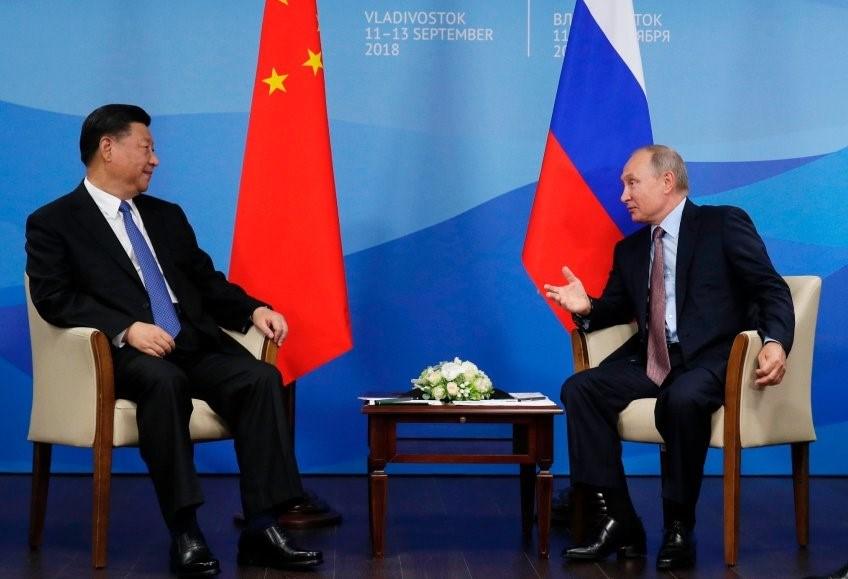 """Rusya Devlet Başkanı Vladimir Putin Sibirya'da düzenlenen askeri tatbikata Çin'i de davet etti. Putin'in Çin'le birlikte ABD'ye """"gözdağı"""" vermeye çalıştığı iddia ediliyor."""