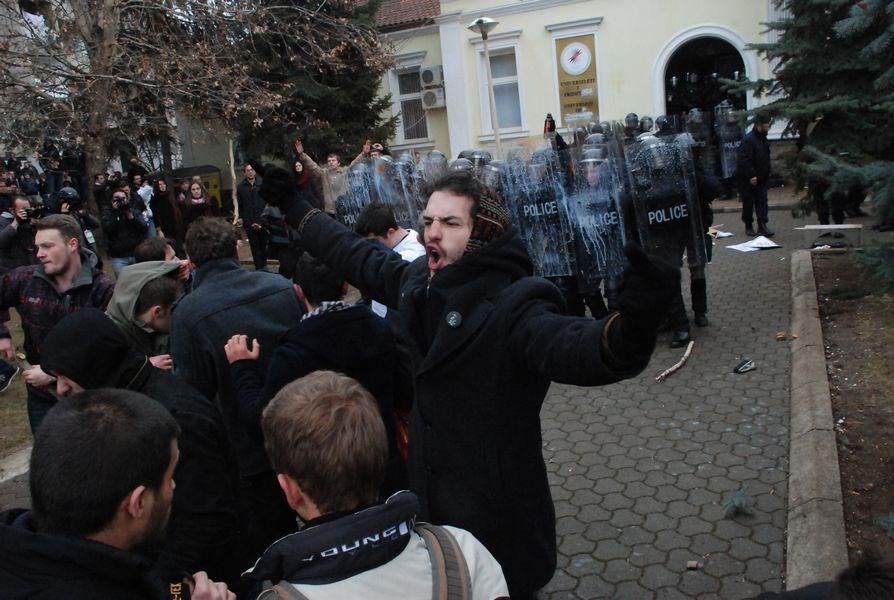 Rektörlük baskınına polis müdahalesi