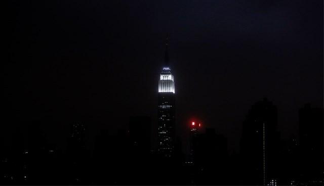 New York semalarında bir tek Empire State Binası'nın ışıkları görülüyor.
