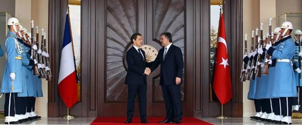 Sarkozy tartışmalarla geldi