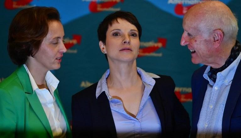Sağ popülist Almanya İçin Alternatif partisi ilk kez katıldığı seçimlerde büyük başarı elde etti.