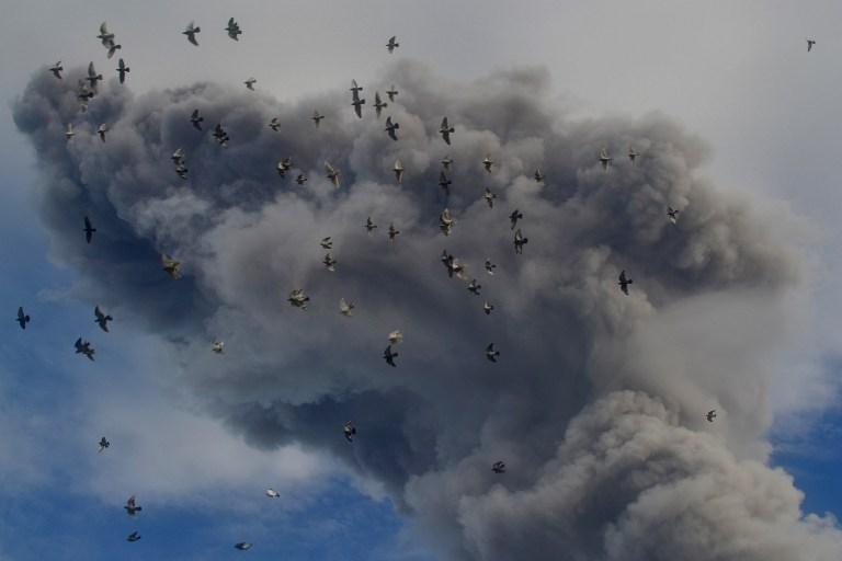 Sinabung yanardağının öfkesi geçmiyor