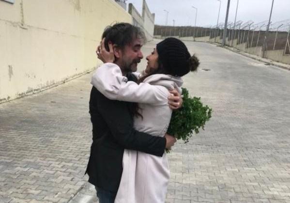 Deniz Yücel'i tahliyesinin ardından cezaevi önünde eşi Dilek Mayatürk Yücel karşıladı.