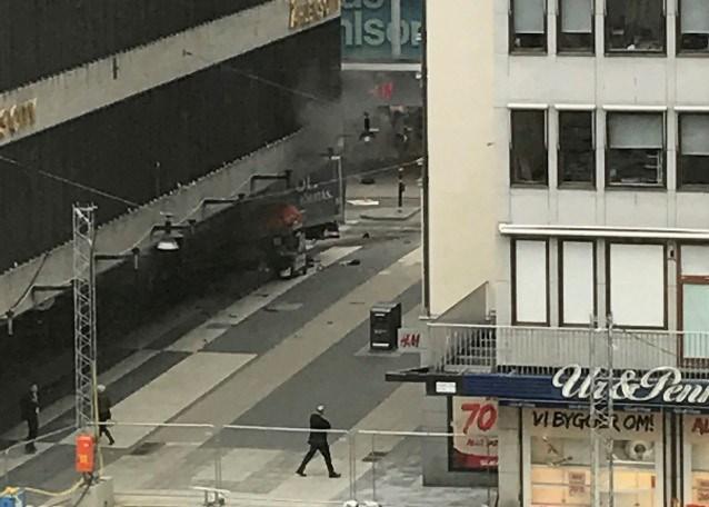 İsveç'in başkenti Stockholm'de bir kamyon yayaların arasına daldıktan sonra bir mağazaya girdi.