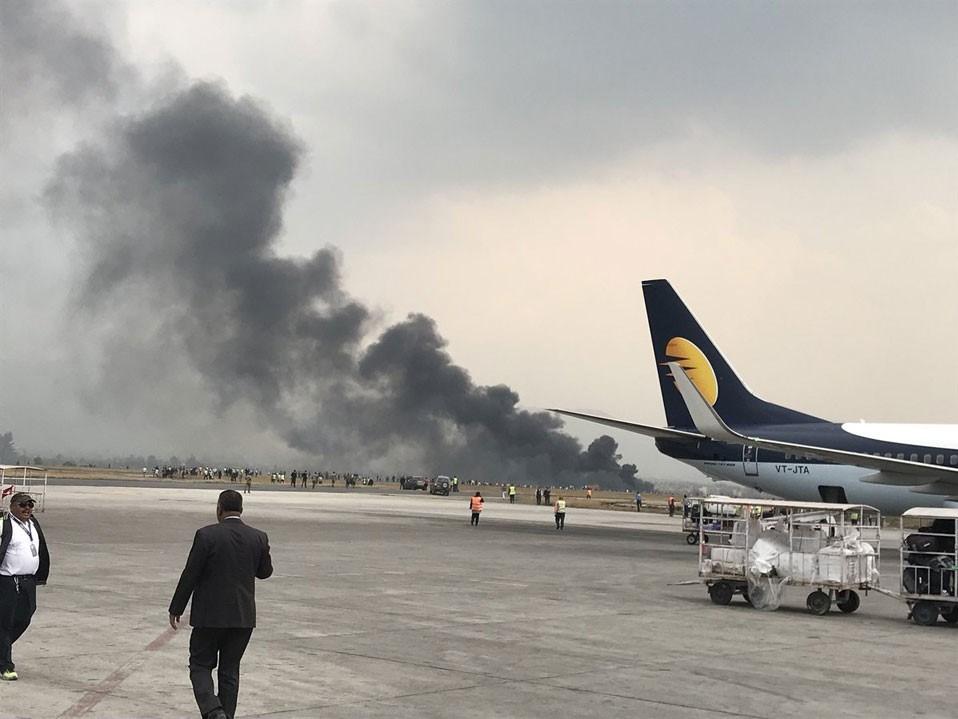 Nepal'ın başkenti Katmandu'da yolcu uçağı iniş sırasında alev aldı.