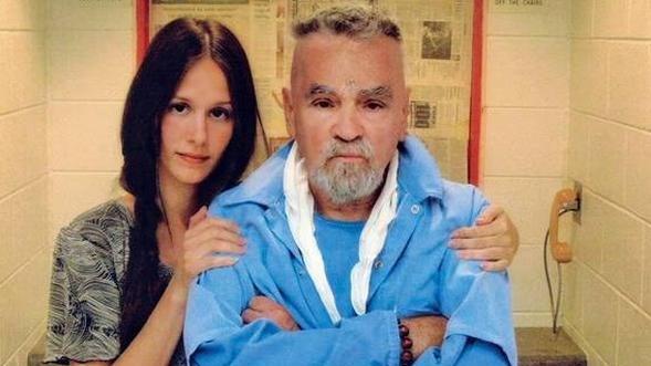 Manson, cezaevindeyken 26 yaşındaki bir hayranından evlenme teklifi almıştı.Afton Elaine Burton ile nişanlanmayı kabul eden Manson, yasal izin çıkmasına rağmen son anda evlenmekten vazgeçti...