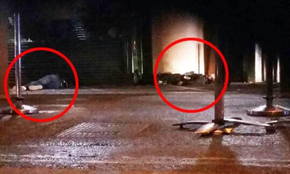 Bıçaklı saldırganlar polis tarafından silahla vurularak, öldürüldü.
