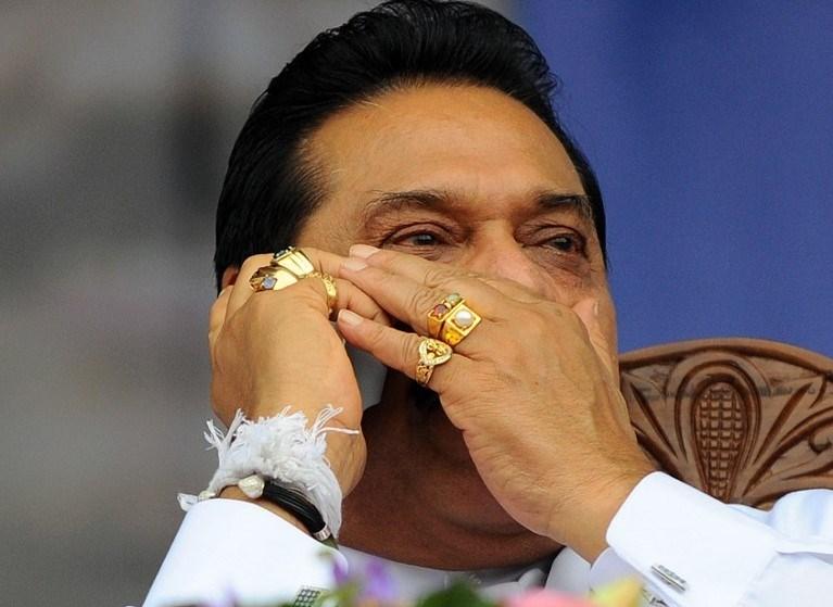 Rajapakse ailesinin birçok üyesi hakkında yolsuzluk davası açıldı. Başbakanlık yarışına giren Rajapakse'nin siyasi dokunulmazlık peşinde olduğu iddia ediliyordu.