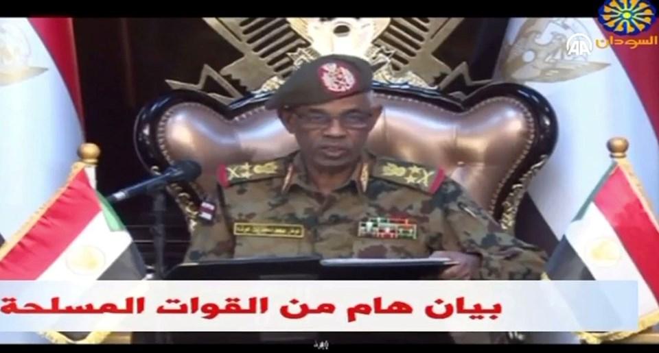 Sudan Savunma Bakanı Avad bin Avf ülkenin iki yıl boyunca Askeri Konsey tarafından yönetileceğini açıkladı.