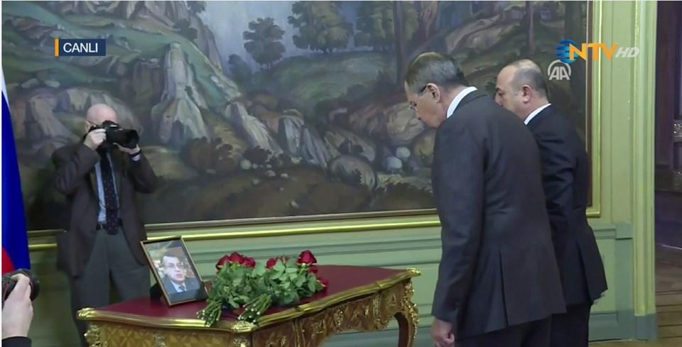 Dışişleri Bakanı Mevlüt Çavuşoğlu ve Rusya Dışişleri Bakanı Sergey Lavrov toplantı öncesi, Karlov'un fotoğrafının bulunduğu masaya karanfil bıraktı ve saygı duruşunda bulundu.